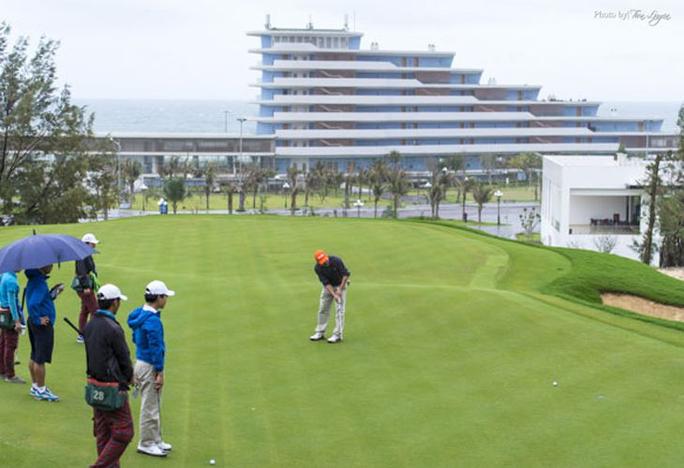 """""""Hợp thức hóa"""" cho giám đốc sở và cục phó chơi golf giữa lệnh cấm, nữ cán bộ bị đình chỉ - Ảnh 3."""