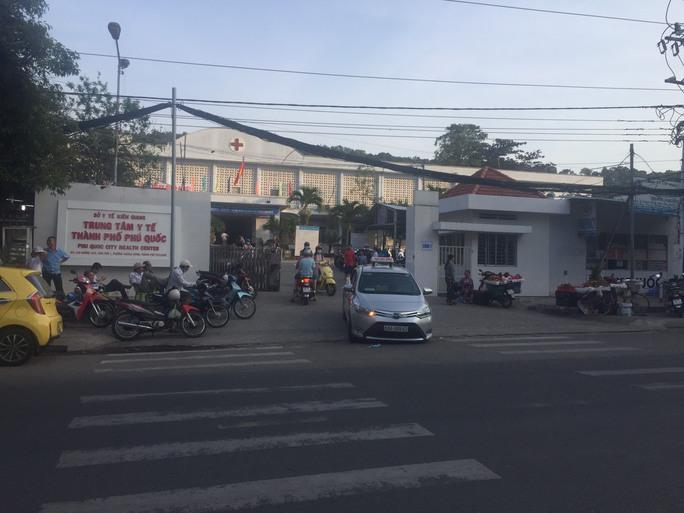 Nhân viên y tế ở Phú Quốc nghi mắc Covid-19, thợ hớt tóc tại Cà Mau dương tính - Ảnh 1.