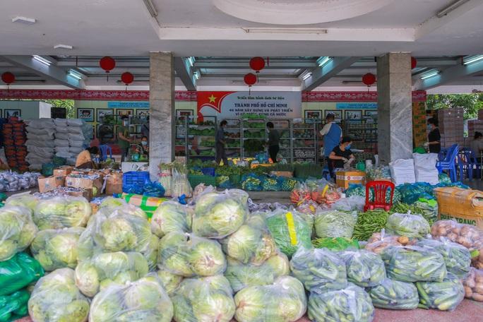 Bên trong siêu thị dã chiến cung ứng thực phẩm cho người đi chợ hộ - Ảnh 1.