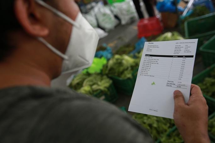 Bên trong siêu thị dã chiến cung ứng thực phẩm cho người đi chợ hộ - Ảnh 6.