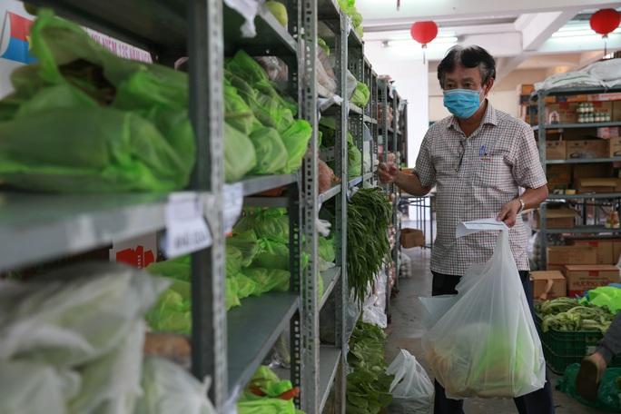 Bên trong siêu thị dã chiến cung ứng thực phẩm cho người đi chợ hộ - Ảnh 2.