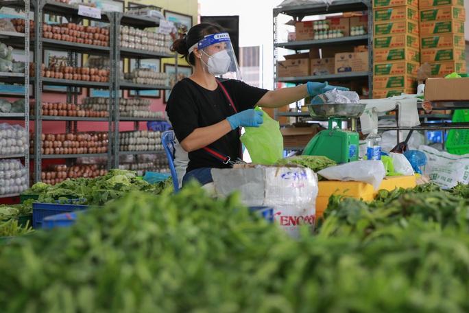 Bên trong siêu thị dã chiến cung ứng thực phẩm cho người đi chợ hộ - Ảnh 3.