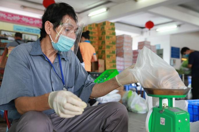 Bên trong siêu thị dã chiến cung ứng thực phẩm cho người đi chợ hộ - Ảnh 9.