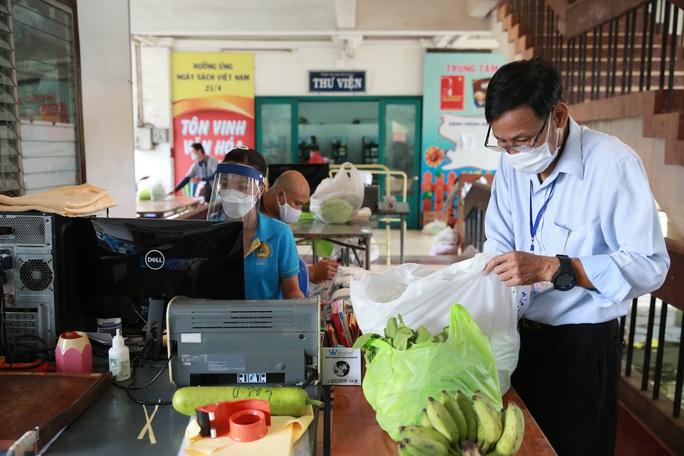 Bên trong siêu thị dã chiến cung ứng thực phẩm cho người đi chợ hộ - Ảnh 8.