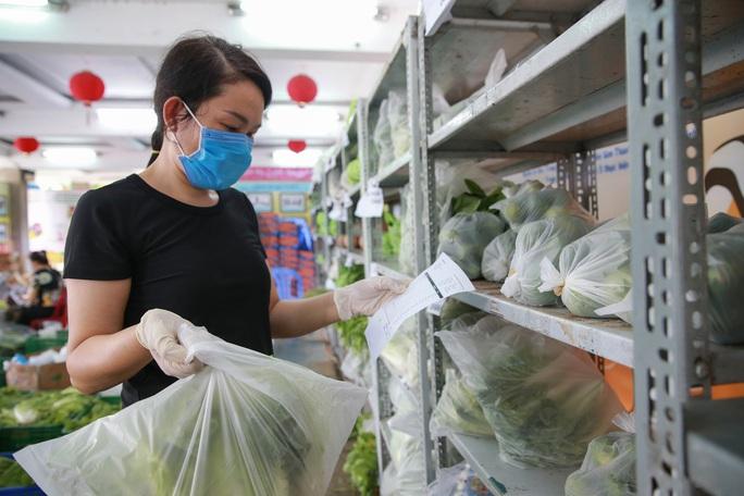 Bên trong siêu thị dã chiến cung ứng thực phẩm cho người đi chợ hộ - Ảnh 4.