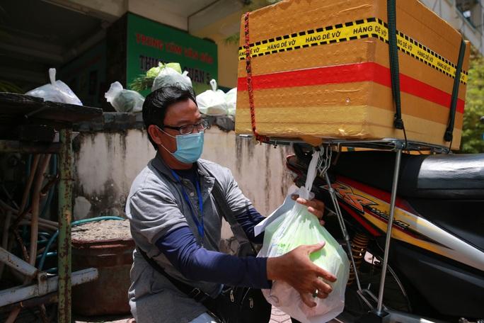Bên trong siêu thị dã chiến cung ứng thực phẩm cho người đi chợ hộ - Ảnh 11.