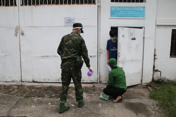Cận cảnh tổ công tác 3 trong 1 ở huyện ngoại thành TP HCM - Ảnh 2.