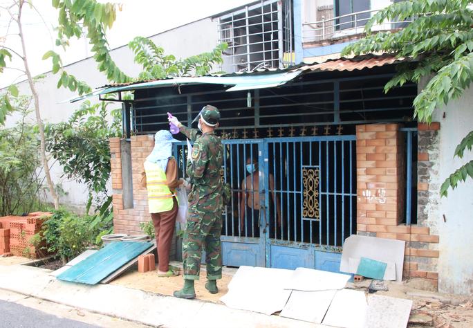 Cận cảnh tổ công tác 3 trong 1 ở huyện ngoại thành TP HCM - Ảnh 3.