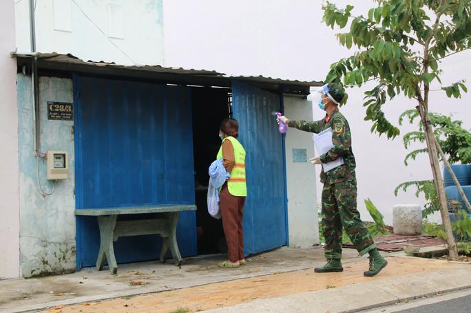 Cận cảnh tổ công tác 3 trong 1 ở huyện ngoại thành TP HCM - Ảnh 4.