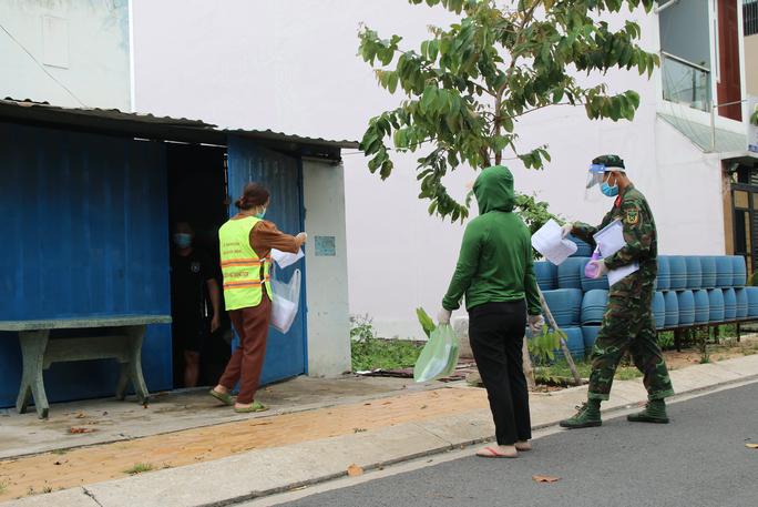 Cận cảnh tổ công tác 3 trong 1 ở huyện ngoại thành TP HCM - Ảnh 5.