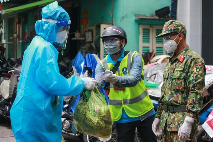 Xúc động hình ảnh anh bộ đội đi chợ giúp dân ở TP HCM - Ảnh 12.