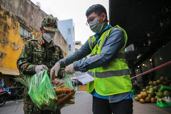 Xúc động hình ảnh anh bộ đội đi chợ giúp dân ở TP HCM - Ảnh 5.