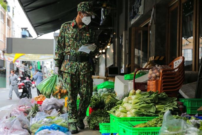 Xúc động hình ảnh anh bộ đội đi chợ giúp dân ở TP HCM - Ảnh 7.