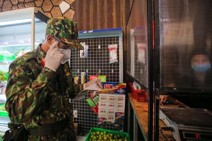 Xúc động hình ảnh anh bộ đội đi chợ giúp dân ở TP HCM - Ảnh 8.