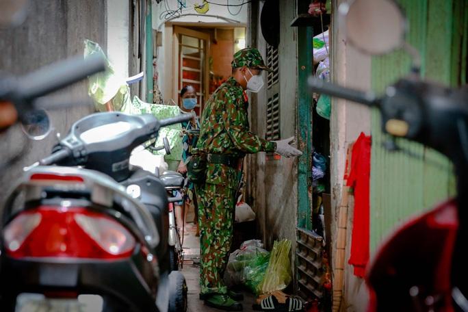 Xúc động hình ảnh anh bộ đội đi chợ giúp dân ở TP HCM - Ảnh 10.
