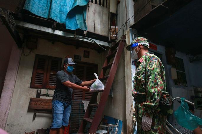 Xúc động hình ảnh anh bộ đội đi chợ giúp dân ở TP HCM - Ảnh 11.