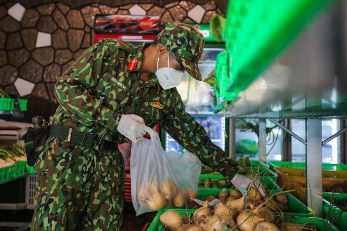 Xúc động hình ảnh anh bộ đội đi chợ giúp dân ở TP HCM - Ảnh 4.