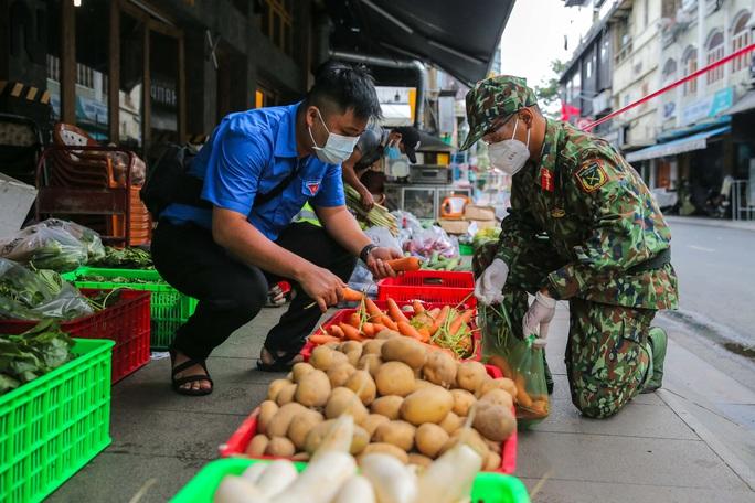 Xúc động hình ảnh anh bộ đội đi chợ giúp dân ở TP HCM - Ảnh 6.