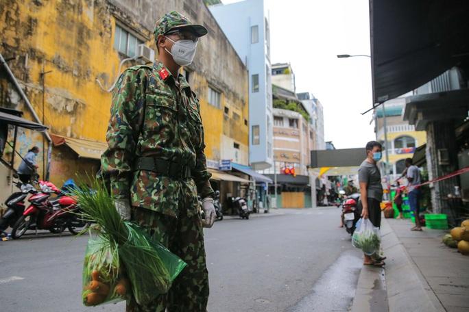 Xúc động hình ảnh anh bộ đội đi chợ giúp dân ở TP HCM - Ảnh 1.