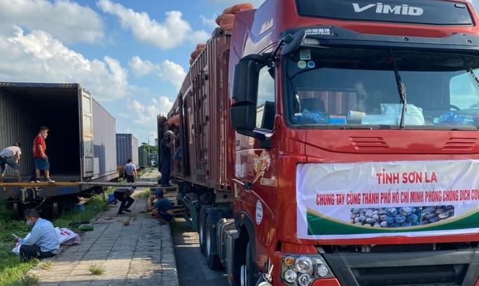 105 tấn nông sản đi tàu hoả vào TP HCM hỗ trợ người dân chống dịch Covid-19 - Ảnh 1.