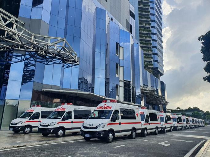 Thaco tặng TP HCM 55 xe cứu thương, xe tiêm chủng cùng 500.000 bộ kit xét nghiệm - Ảnh 1.