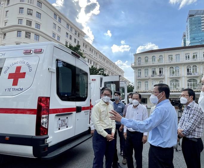 Thaco tặng TP HCM 55 xe cứu thương, xe tiêm chủng cùng 500.000 bộ kit xét nghiệm - Ảnh 2.