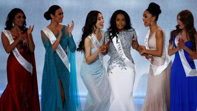 Cuộc thi nhan sắc tạm dừng, Hoa hậu Quý bà không chịu ở không - Ảnh 3.