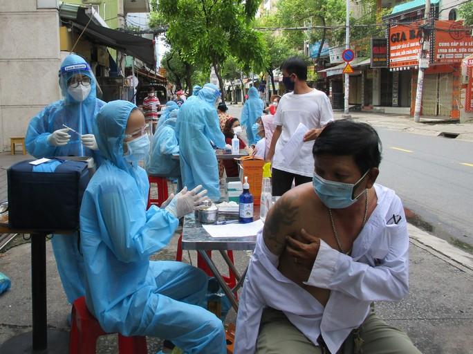 Cận cảnh đội tiêm lưu động đến tận tổ dân phố tiêm vắc-xin cho người dân - Ảnh 2.