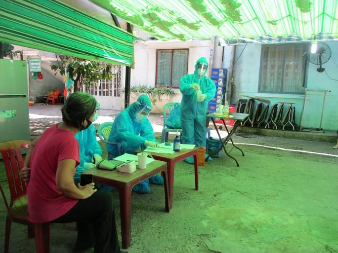 Cận cảnh đội tiêm lưu động đến tận tổ dân phố tiêm vắc-xin cho người dân - Ảnh 8.