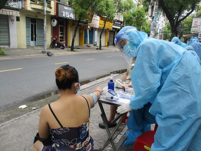 Cận cảnh đội tiêm lưu động đến tận tổ dân phố tiêm vắc-xin cho người dân - Ảnh 4.