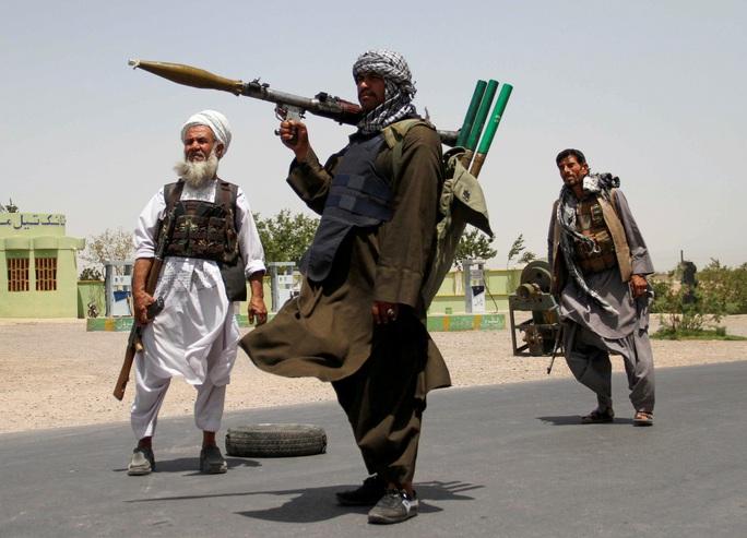 Dân thường Afghanistan kẹt giữa hai làn đạn - Ảnh 1.