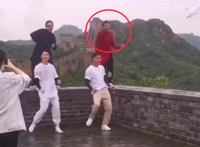 Bị chỉ trích vì nhảy trên bờ tường Vạn Lý Trường Thành, diễn viên xin lỗi - Ảnh 1.