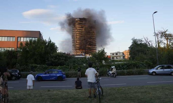 Ý: Tòa nhà 20 tầng bốc cháy ngùn ngụt - Ảnh 6.