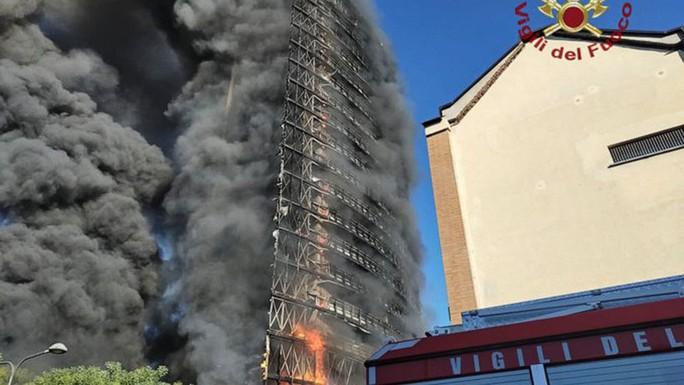Ý: Tòa nhà 20 tầng bốc cháy ngùn ngụt - Ảnh 7.