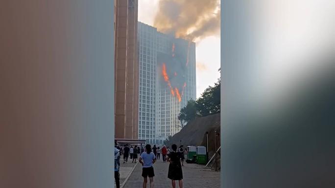 Ý: Tòa nhà 20 tầng bốc cháy ngùn ngụt - Ảnh 8.