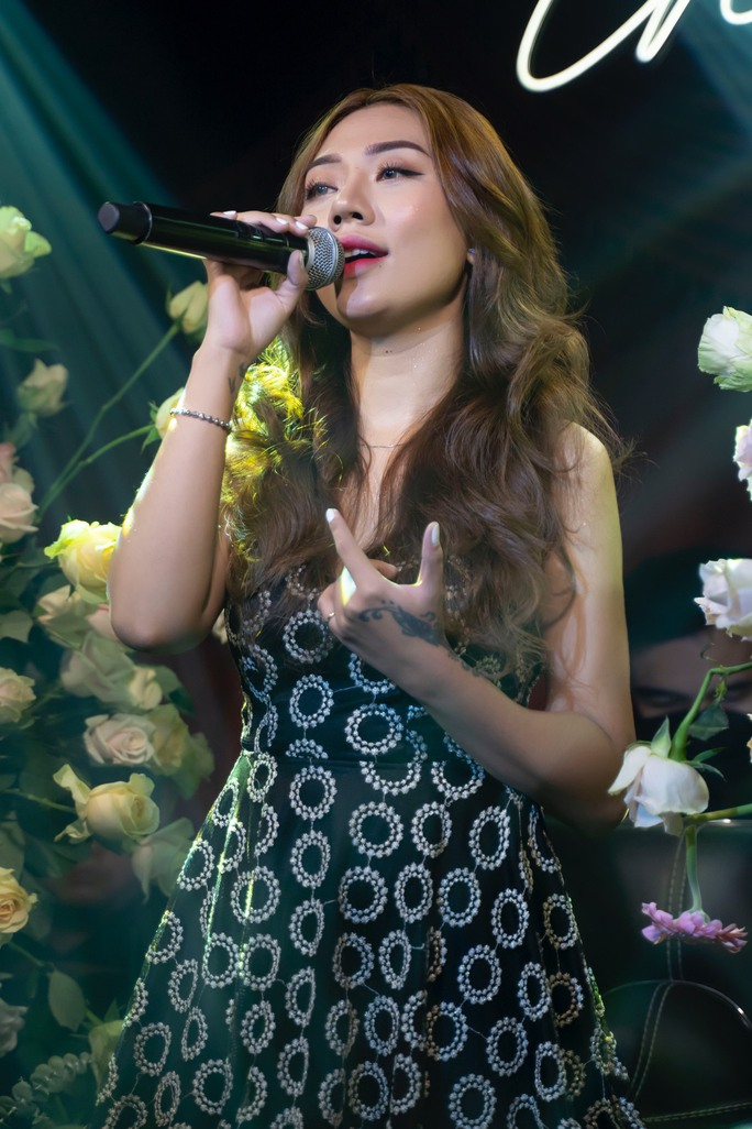 Diện mạo cô gái xinh đẹp hát từ khu phong tỏa - Ảnh 2.