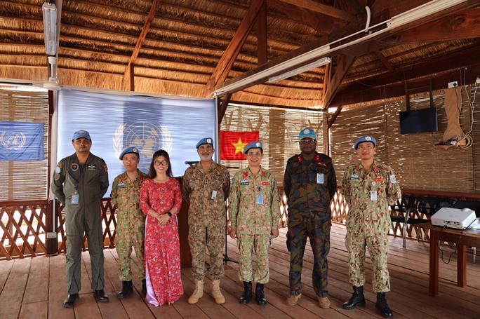 Trang nghiêm lễ chào cờ Việt Nam tại Cộng hòa Trung Phi - Ảnh 15.