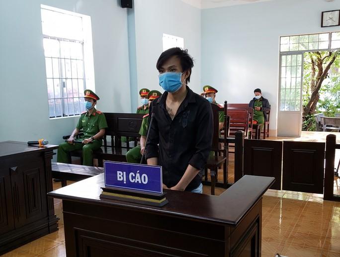 Các đối tượng vượt chốt kiểm dịch, chống người thi hành công vụ lãnh án tù - Ảnh 1.