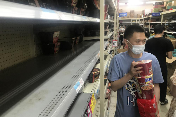 Vũ Hán trở lại những ngày đầu chống dịch, người dân mua sắm hoảng loạn - Ảnh 5.
