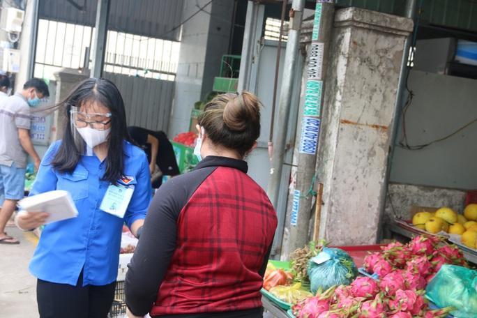 """""""Shipper xanh"""" đi chợ giúp người dân những ngày giãn cách - Ảnh 5."""