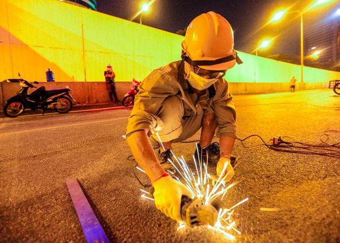 CLIP: Hàng chục công nhân xuyên đêm tu sửa hầm Kim Liên để bàn giao đúng tiến độ - Ảnh 10.