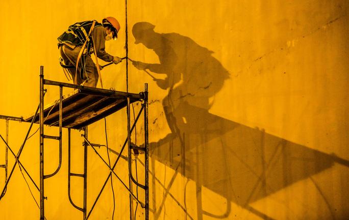 CLIP: Hàng chục công nhân xuyên đêm tu sửa hầm Kim Liên để bàn giao đúng tiến độ - Ảnh 4.