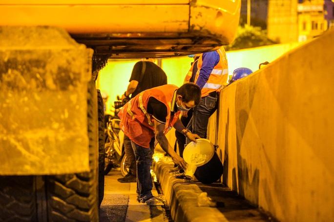CLIP: Hàng chục công nhân xuyên đêm tu sửa hầm Kim Liên để bàn giao đúng tiến độ - Ảnh 16.