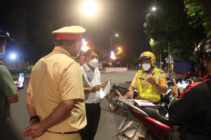 Người uống rượu lái ôtô ra đường sau 18 giờ ở TP Biên Hòa, bất hợp tác với lực lượng chức năng là ai? - Ảnh 1.