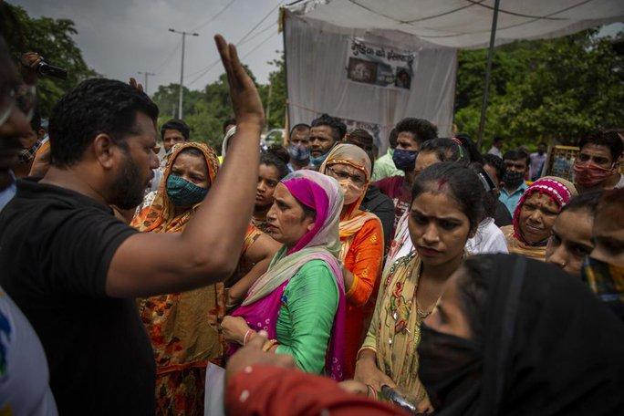 Ấn Độ: Bé gái 9 tuổi bị cưỡng hiếp tập thể và thiêu xác - Ảnh 4.