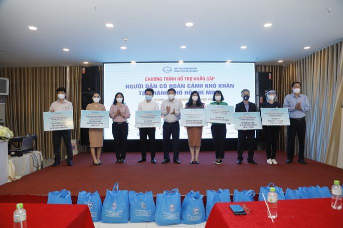 TP HCM hỗ trợ khẩn cấp 37.000 phần quà cho người dân có hoàn cảnh khó khăn - Ảnh 1.