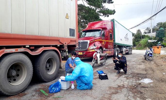 Lâm Đồng: Nhiều tài xế xe tải khai báo y tế gian dối, làm giả giấy xét nghiệm Covid-19 - Ảnh 2.