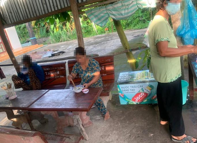 Đang cách ly tại nhà, 1 phụ nữ vẫn ra quán ăn bún - Ảnh 1.