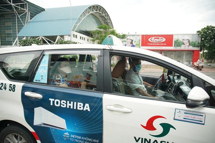 Vinasun Taxi tặng 3.000 bộ đồ bảo hộ y tế chất lượng cao cho Bệnh viện Chợ Rẫy - Ảnh 1.