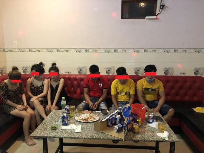 """Hát karaoke """"tay vịn"""" trong lúc giãn cách xã hội, 8 người bị phạt 117,5 triệu đồng - Ảnh 2."""